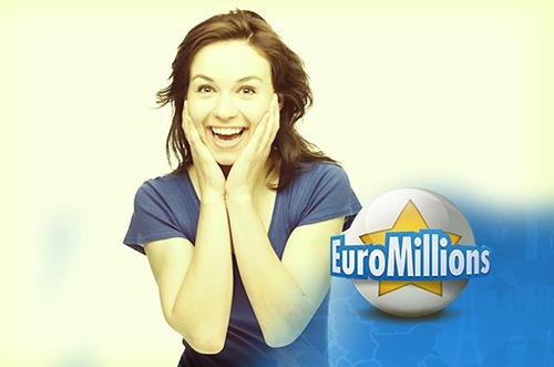 Frau freut sich über Lotto-Gewinn