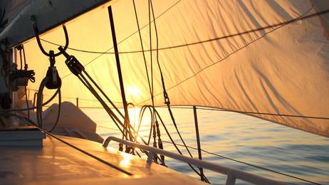 Sonnenaufgang an Bord eines Segelschiffes