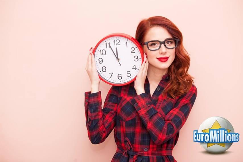 Piękna dziewczyna trzyma zegar